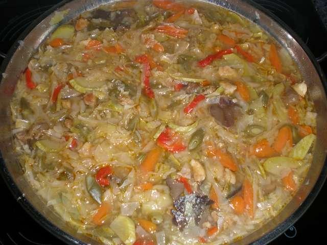 Sopa de pollo en el wok